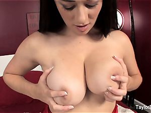 Taylor Vixen plays with her gash