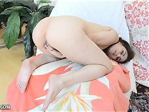 Penelope Reed finger drills her hairy snatch