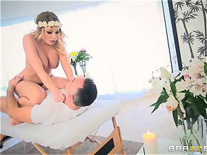 Pretty Britney Amber cooch filled on the massage table and facial cumshot