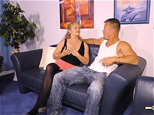 HAUSFRAU FICKEN - big-chested German mature gets cum on baps