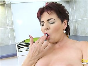 OldNannY Mature girl pleasuring Her twat with toy