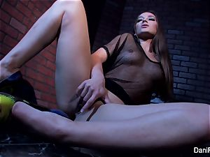 puny hotty Dani Daniels frigs her tight cunt