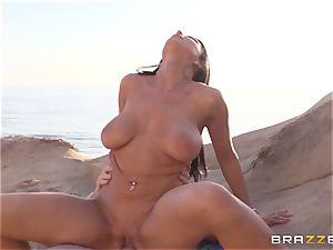 Romi Rain luvs hot hump on the beach